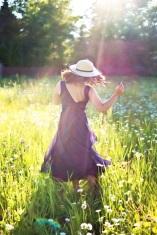 mujer-baile-campo-Jill111-pixabay